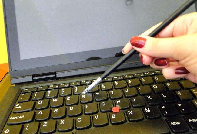 limpeza-teclado-notebook-com-pincel